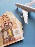 europäische Banknoten, weißes Plastikflugzeug und blauer Hintergrund lizenzfreie stockfotografie