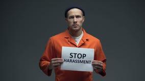 Europäer eingesperrtes männliches haltenes Endbelästigungszeichen in der Zelle, bitten um Hilfe stock footage