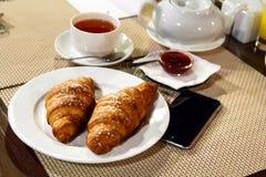 Europäer frühstücken, Business-Lunch, französisches Frühstück, Hörnchen Lizenzfreie Stockfotografie
