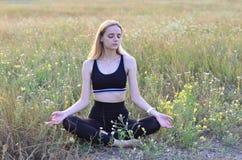 Europäer weiß-enthäutete Mädchen in der Sportkleidung, Natur des Yoga n, gesunde Lebensart Lizenzfreies Stockfoto