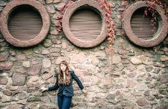 Europäerart Mode der ungewöhnlichen Sommersprossefrau städtische Lizenzfreies Stockfoto