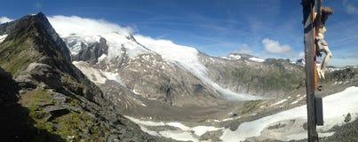 EUROPÄISCHE ALPEN, ÖSTERREICH, im August 2016 - alpines Panorama mit Jesus-Statur Lizenzfreies Stockfoto