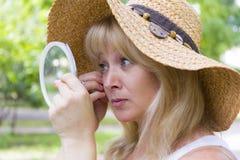 Europäische blonde Frau im Strohhut Lizenzfreie Stockfotografie