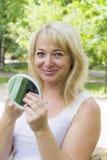Europäische blonde Frau im Weiß Lizenzfreies Stockbild