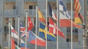 Europäische Flaggen auf der Straße in Calella spanien stock video