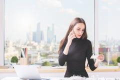 Europäische Frau, die on-line-Bestellung macht Stockbild