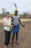Europäische Frau und Mann von Mursi-Stamm in Mirobey-Dorf Mago Lizenzfreie Stockfotografie