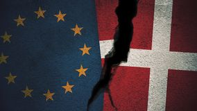 Europäische Gemeinschaft gegen Dänemark-Flaggen auf gebrochener Wand Stockbild