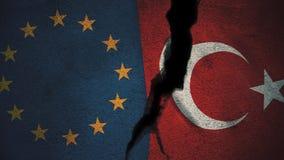 Europäische Gemeinschaft gegen die Türkei-Flaggen auf gebrochener Wand Lizenzfreie Stockfotografie
