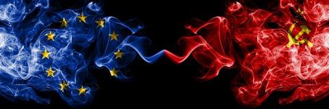 Europäische Gemeinschaft gegen UDSSR, kommunistische Rauchflaggen nebeneinander gesetzt Dicke farbige seidige Rauchflaggen von E lizenzfreies stockfoto