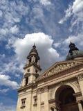 Europäische Kirchen und Himmel lizenzfreie stockbilder