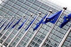 Europäische Kommission mit europäischen Markierungsfahnen Lizenzfreies Stockbild