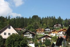 Europäische Landhäuser an den Bergen lizenzfreie stockfotos