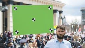 Europäische Leute an der Demonstration Mann mit einer Fahne schreiend in ein Mundstück stock video