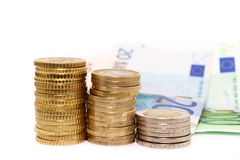 Europäische Münzen und Rechnungen auf weißem Hintergrund Stockbilder