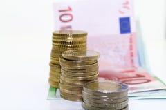 Europäische Münzen und Rechnungen auf weißem Hintergrund Lizenzfreies Stockfoto