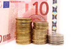 Europäische Münzen und Rechnungen auf weißem Hintergrund Stockbild