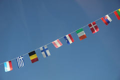 Europäische Markierungsfahnen in einem freien blauen Himmel lizenzfreies stockfoto