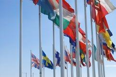 Europäische Markierungsfahnen im Wind Stockfotos