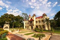 Europäische Schlossart, bei Sanam Chan Palace gegen blauen Himmel Stockfotos