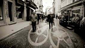 Europäische Stadtstraße mit LeuteZeitspanne und dem Uhrmechanismuskonzeptbewegen stock footage