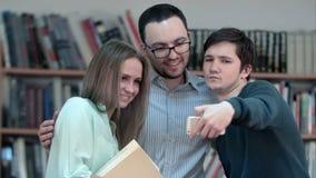 Europäische Studenten des unterschiedlichen Alters Gruppe selfie auf Smartphone tuend stock video