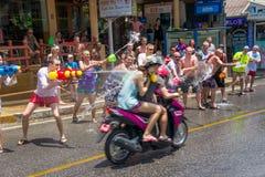 Europäische Touristen feiern das traditionelle thailändische neue Jahr, gegossenes Wasser Eine der Traditionen von Nord-Thailand Stockfoto