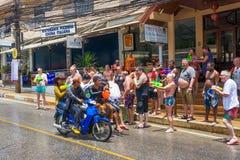 Europäische Touristen feiern das traditionelle thailändische neue Jahr, gegossenes Wasser Eine der Traditionen von Nord-Thailand Lizenzfreie Stockbilder