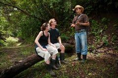 Europäische und amerikanische Paare mit Naturanleitung lizenzfreies stockfoto