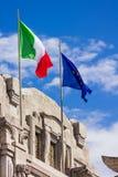 Europäische und italienische Markierungsfahnen auf einem Denkmal Stockbild