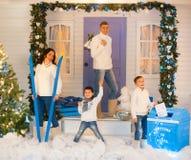 Europäische vierköpfige Familie in den Weihnachtsdekorationen Lizenzfreies Stockbild