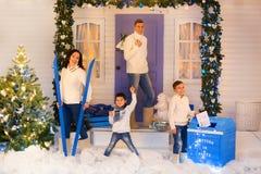 Europäische vierköpfige Familie in den Weihnachtsdekorationen Stockbilder