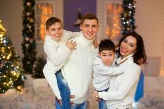 Europäische vierköpfige Familie in den Weihnachtsdekorationen Lizenzfreies Stockfoto