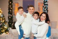 Europäische vierköpfige Familie in den Weihnachtsdekorationen Stockfotografie