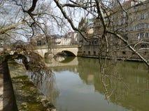 Europäische Winter-Fluss-Szene mit Brücke stockfotografie