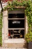 Europäischer alter Shopspeicher in der Stadt stockfotografie