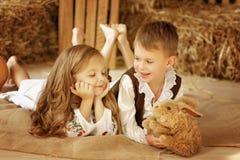 Europäischer Junge und Mädchen zusammen Lizenzfreie Stockfotografie