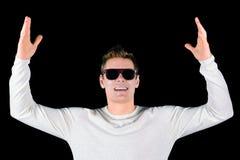 Europäischer junger glücklicher lächelnder Mann in den Sonnenbrillen lokalisiert auf schwarzem Hintergrund Stockbild