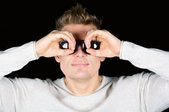 Europäischer junger Mann in den Sonnenbrillen, die in binokularem lokalisiert auf schwarzem Hintergrund schauen Lizenzfreie Stockbilder