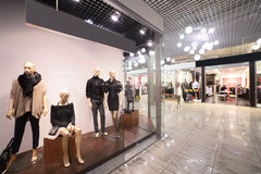Europäischer Mallinnenraum mit Shops Stockbilder