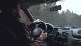 Europäischer Mann das Auto fahren stock video