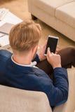 Europäischer Mann, der Mobil- oder intelligentes Telefon verwendet Lizenzfreie Stockfotografie