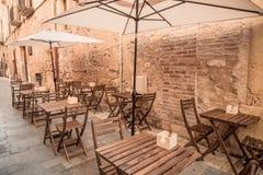 Europäischer Mittelmeerstadttourismus - Restaurantterrasse an der Straße stockfoto