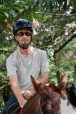 Europäischer oder amerikanischer Mann auf zu Pferde lizenzfreie stockfotos