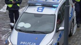 Europäischer Polizeiwagen mit Offizieren stock video footage