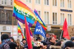 Europäischer ruhiger Marsch mit Flaggenplakaten und -fahnen Stockbild