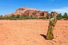 Europäischer Tourist in malerischem Bergdorf kasbah Ait Ben Haddou unweit von Ouarzazate in Marokko, Afrika Lizenzfreies Stockfoto