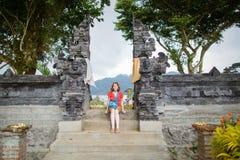 Europäischer Tourist in Pura UlunDanu Bratan Lizenzfreies Stockfoto