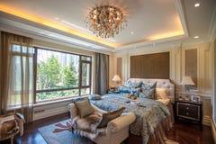 Europäisches Artschlafzimmer in einer Villa stockfotografie