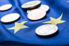 Europäisches Flaggen- und Eurogeld Münzen und europäische Währung der Banknoten legten frei auf die Eur Lizenzfreie Stockfotografie